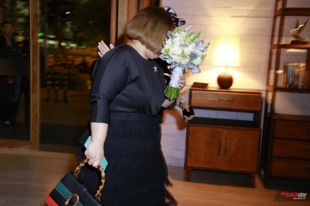 Sát giờ tổ chức lễ cưới, hoa cô dâu mới được đem đến.