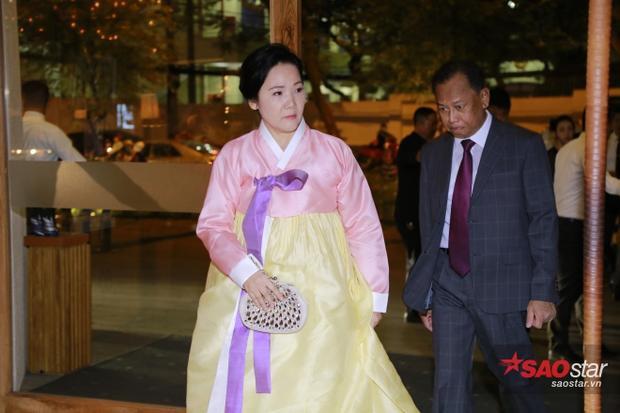 Bố và mẹ của Hari Won cũng đã có mặt tại buổi tiệc.