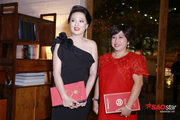 Diễn viên Phi Phụng (váy đỏ)
