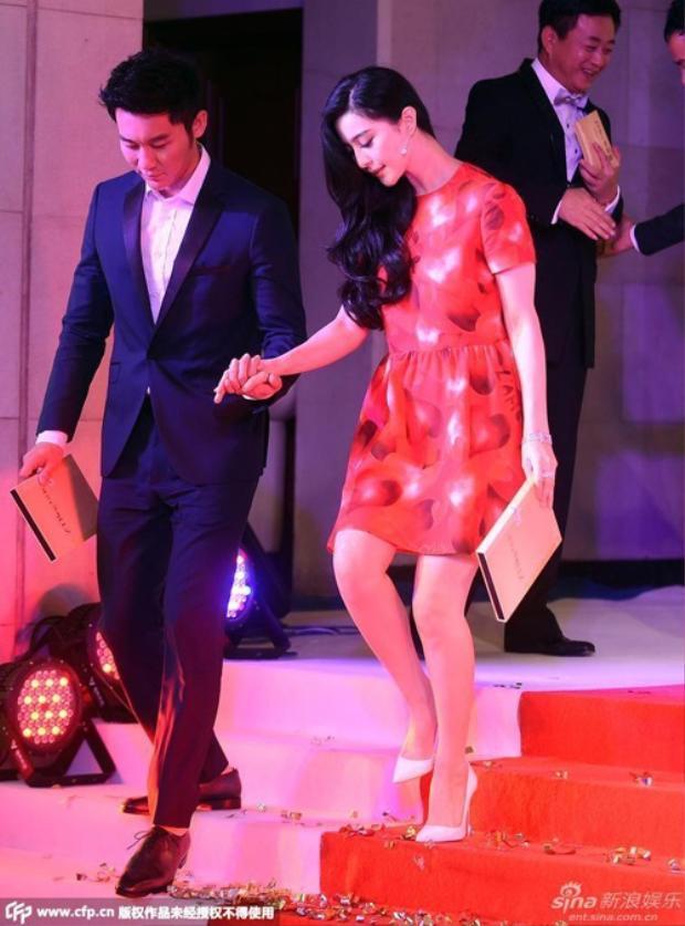 Cặp đôi luôn nắm chặt tay nhau đầy ngọt ngào dù ở chốn riêng tư hay trước bàn dân thiên hạ