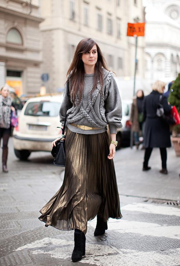 Kết hợp giữa váy xếp ly và áo sweater cũng phù hợp với những quý cô hiện đại và thanh lịch.