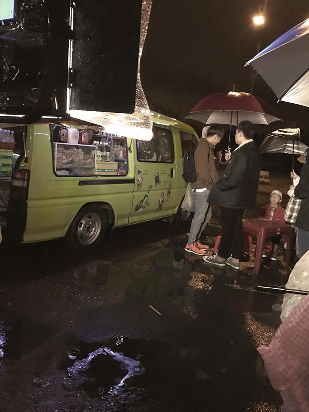 Phía sau một cô gái chưa hạ nhiệt, Soobin Hoàng Sơn đã tung ảnh dầm mưa quay MV mới