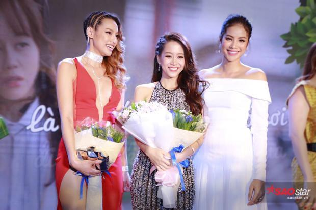 Phạm Hương bên cạnh cô học trò An Nguy.