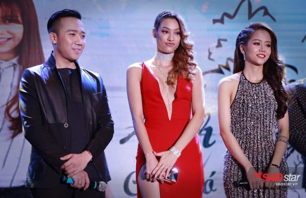 Trần Thành bên cạnh 2 người đẹp.