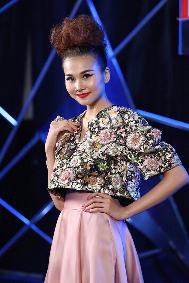 """Nàng siêu mẫu Thanh Hằng khiến fan vô cùng thích thú vì kiểu tóc """"không giống ai"""" của mình khi kết hợp giữa kiểu dáng buộc cao và đánh rối độc đáo."""