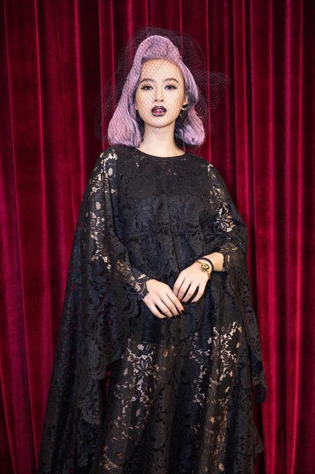 Nàng diễn viên cũng khiến khán giả bất ngờ vì mái tóc hồng vô cùng chất của mình khi tham dự show thời trang của NTK Đỗ Mạnh Cường.