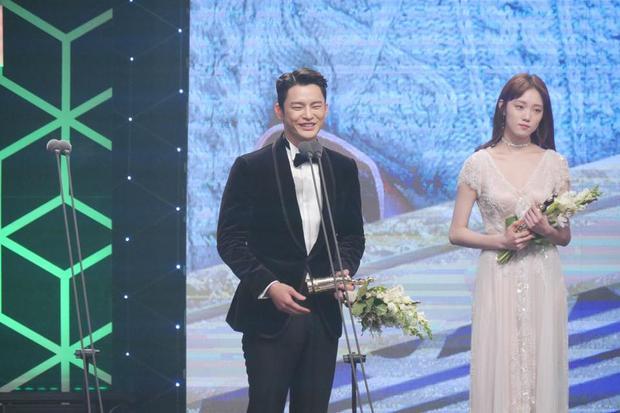 Song Il Guk nhận được giải thưởng Excellence Award hạng mục cho nam diễn viên.