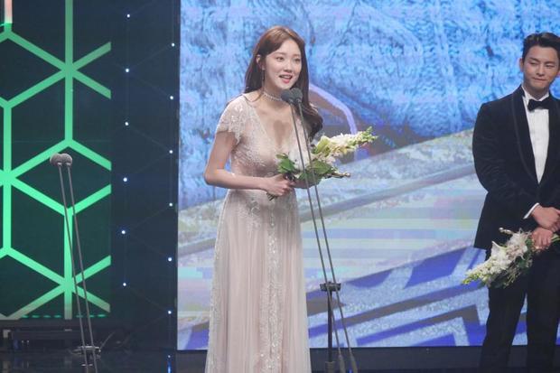 Lee Sung Kyung xúc động khi được ghi nhận về diễn xuất.