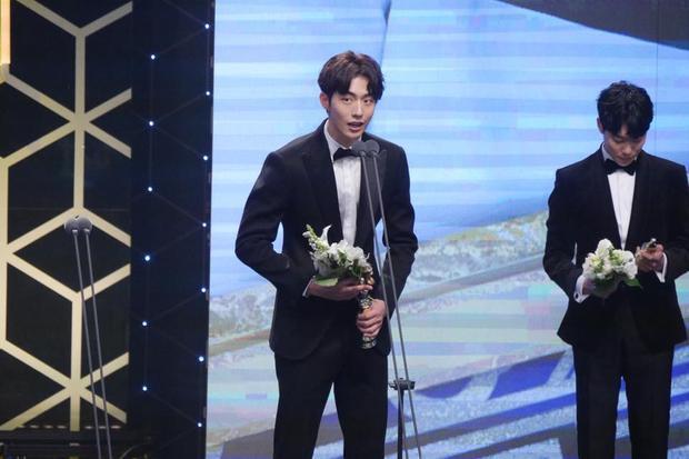 Nam Joo Hyuk trên sân khấu nhận giải.
