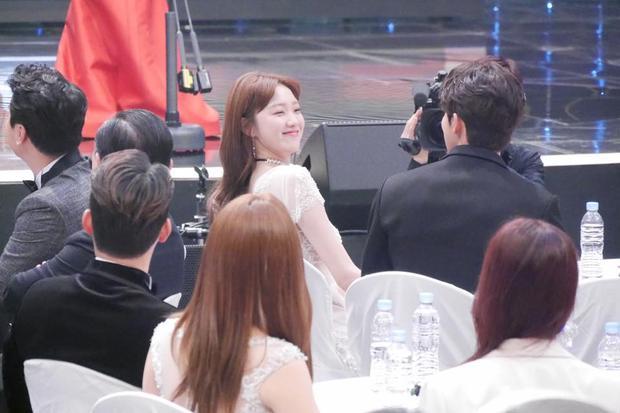 """Trong khi """"hotboy bơi lội"""" lên sân khấu, Lee Sung Kyung rất hớn hở dưới hàng ghế khách mời."""