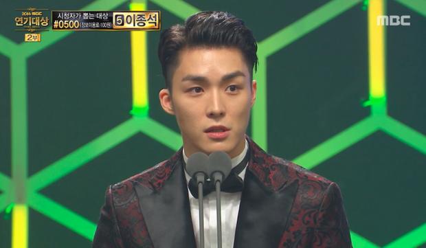 Nam diễn viên lộ clip nóng xuất hiện điển trai, thắng giải tại MBC Drama Awards 2016