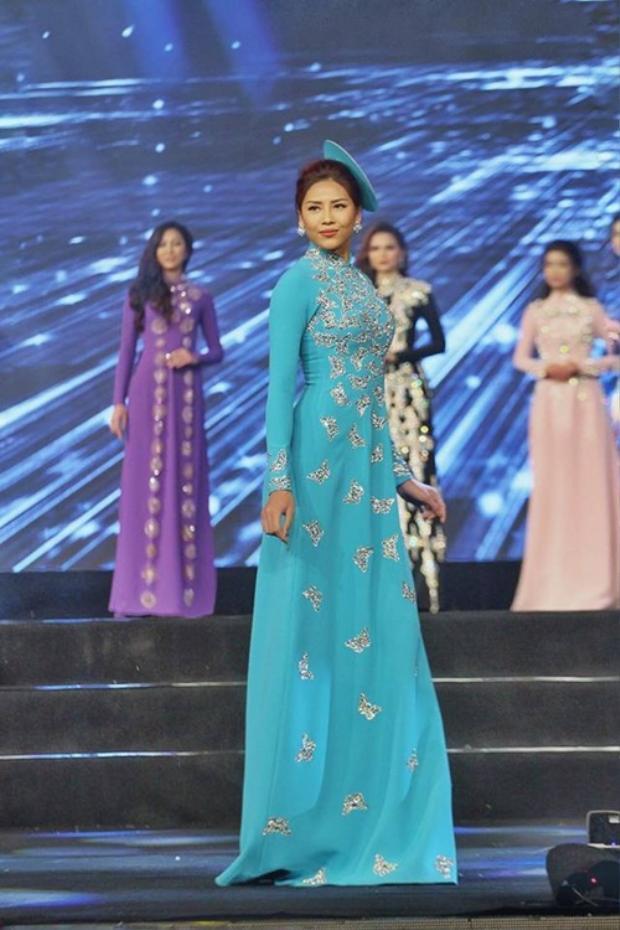 Nguyễn Thị Loan nhẹ nhàng với áo dài tông xanh da trời.