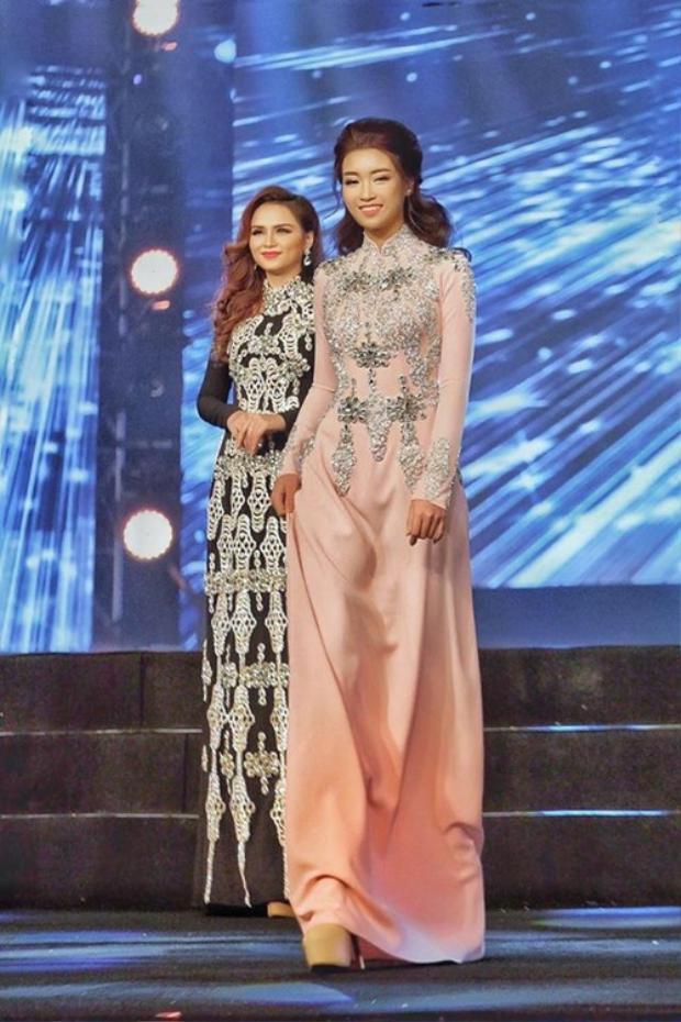 Hoa hậu Mỹ Linh dịu dàng, duyên dáng với thiết kế áo dài màu pastel.