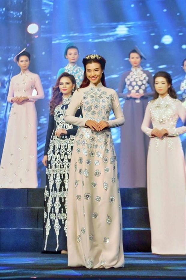 MC - á hậu Hoàng Oanh.