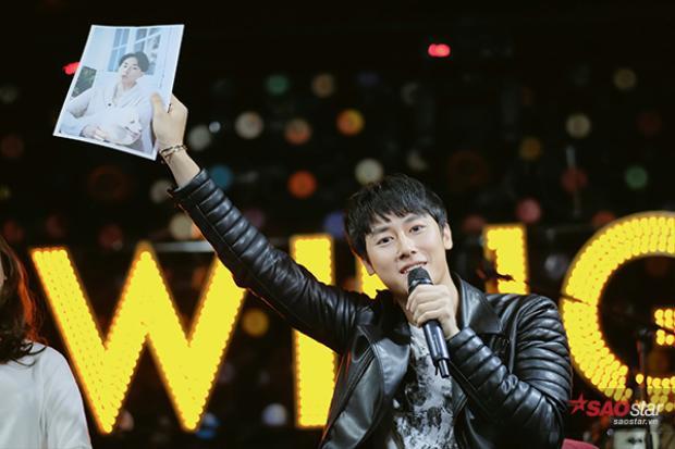 Anh liên tục giao lưu thân thiện với các fan.