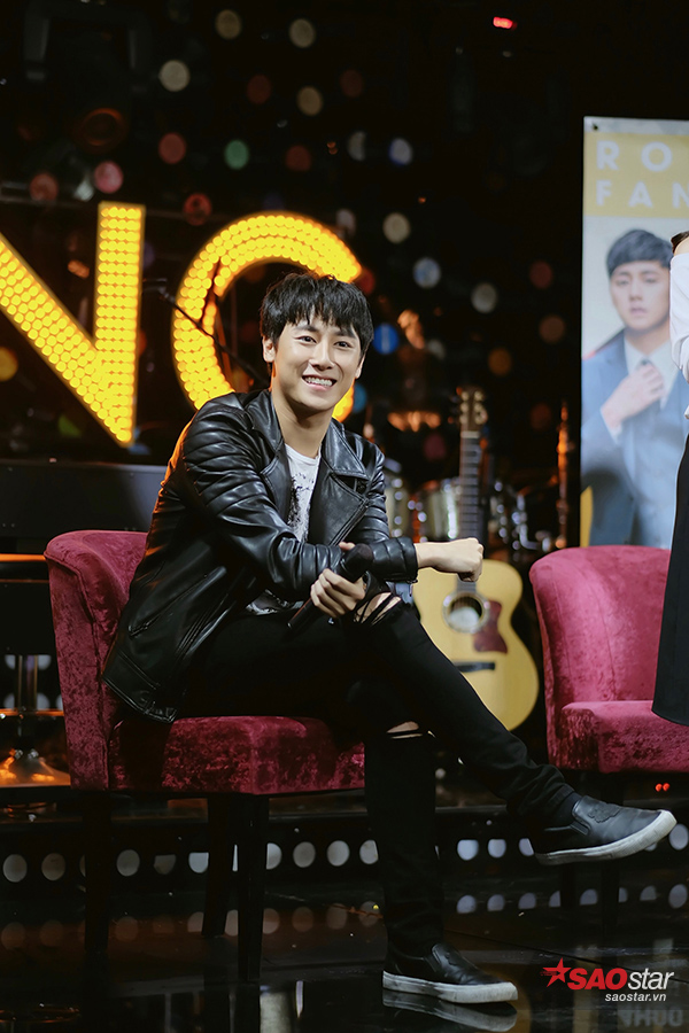 Rocker Nguyễn xuất hiện trong bộ trang phục cá tính, phù hợp thời tiết Hà Nội.
