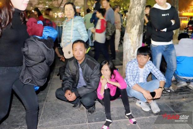 Nhiều gia đình dẫn trẻ nhỏ đi chơi phải dừng chân vì quá đông.
