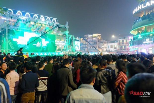 Tại bờ Hồ năm nay, Countdown Party 2017 được tổ chức tại quảng trường Đông Kinh Nghĩa Thục, tượng đài Lý Thái Tổ và quảng trường Cách Mạng tháng 8.