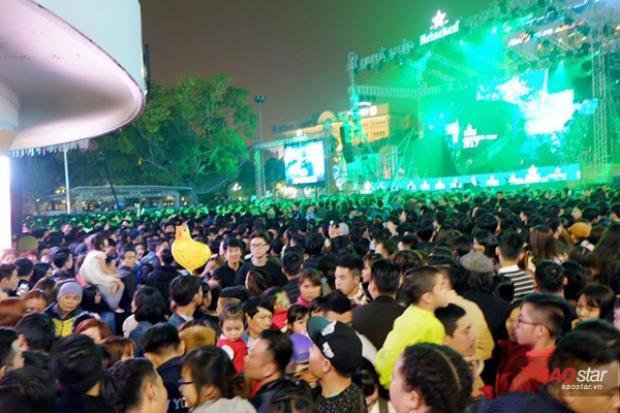 Nghẹt thở giữa biển người ùn ùn đổ về khu vực bờ hồ Hoàn Kiếm tham dự Countdown 2017