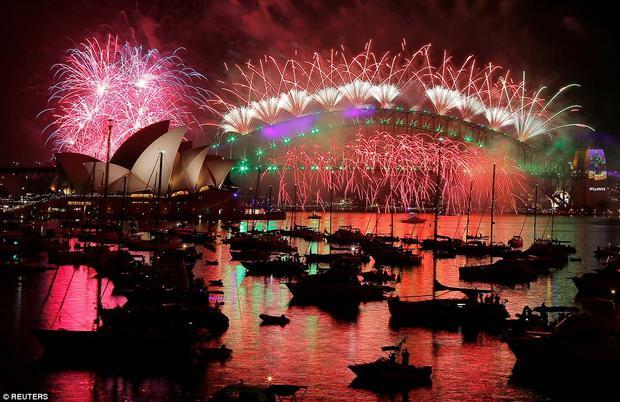 Hơn 7 tấn pháo hoa đốt cháy trên cầu cảng Sydney.