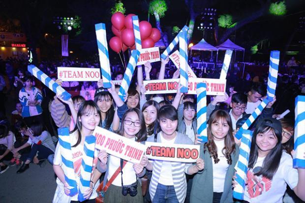 Fan Noo Phước Thịnh háo hức chờ thần tượng xuất hiện.