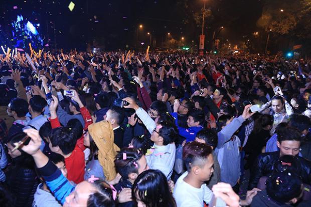 Hàng ngàn khán giả hòa mình cùngkhông khí sôi động.