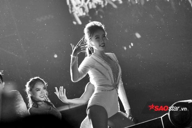 Cô trình diễn cực bốc hai ca khúc là Give Me Your Love và Lollipop.