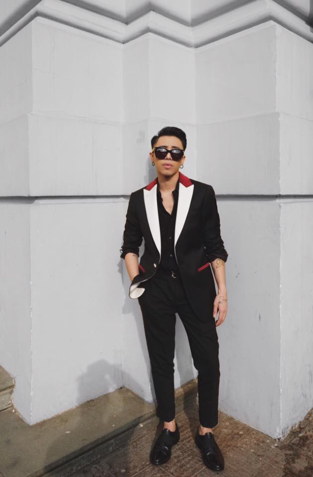 Phái nam không chọn những trang phục màu mè như các cô nàng, hình ảnh người đàn ông lịch lãm được khá nhiều anh chàng chọn lựa cho ngày đầu tiên của năm mới. Hoàng Ku cực bảnh cùng nguyên cây hàng hiệu đến từ các nhà mốt nổi tiếng như Saint Laurent, Givenchy, Moschino, Tomford…