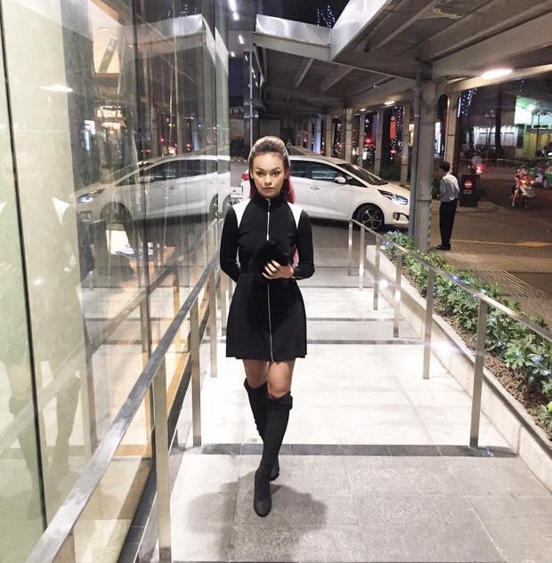 """Cô nàng Mai Ngô cá tính diện nguyên set đồ all-black cho ngày đầu năm mới. Cách kết hợp boots cao cổ cùng váy ôm eo và kiểu tóc chải ngược mang lại cho Mai Ngô vẻ ngoài có chút """"dừ"""" hơn bình thường."""