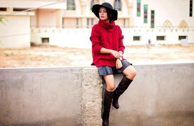 Điệu đà hơn chút, hãy mix cùng chân váy ngắn và diện hot trend boots cao đến đầu gối. Một chiếc mũ fedora sẽ làm bạn sang chảnh hơn và ra dáng fashionista hơn đó !