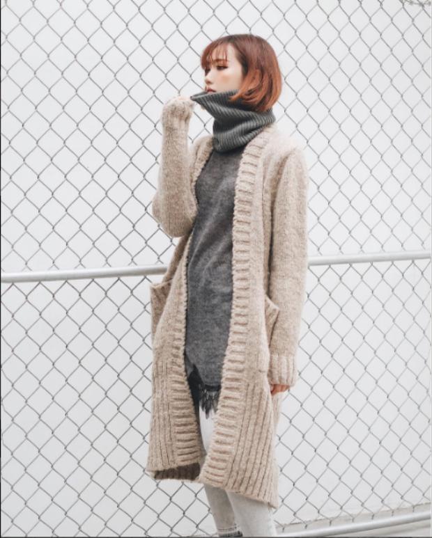 Fashionista Min chắc chắn sẽ không bỏ qua chiếc áo đẹp lạ, style Hàn Quốc này rồi. Min sở hữu chiếc áo len xám rất lạ mắt, cổ dày to bản, dài quá hông.