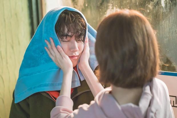 Hơn cả 1 khoảnh khắc, Joon Hyung đã trao lên tay Bok Joo nụ hôn hoàng tử