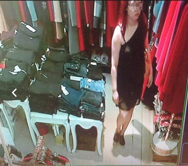 Cô gái này vào cửa hàng quần áo để thực hiện hành vi của mình.