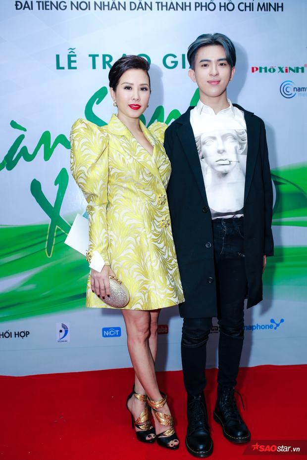 Hoa hậu Thu Hoài tới sự kiện cùng con trai.