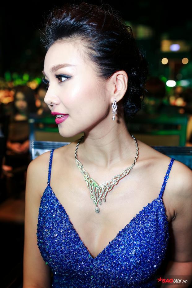 Người đẹp thu hút rất nhiều sự chú ý khi mang trang sức kim cương đắt tiền.