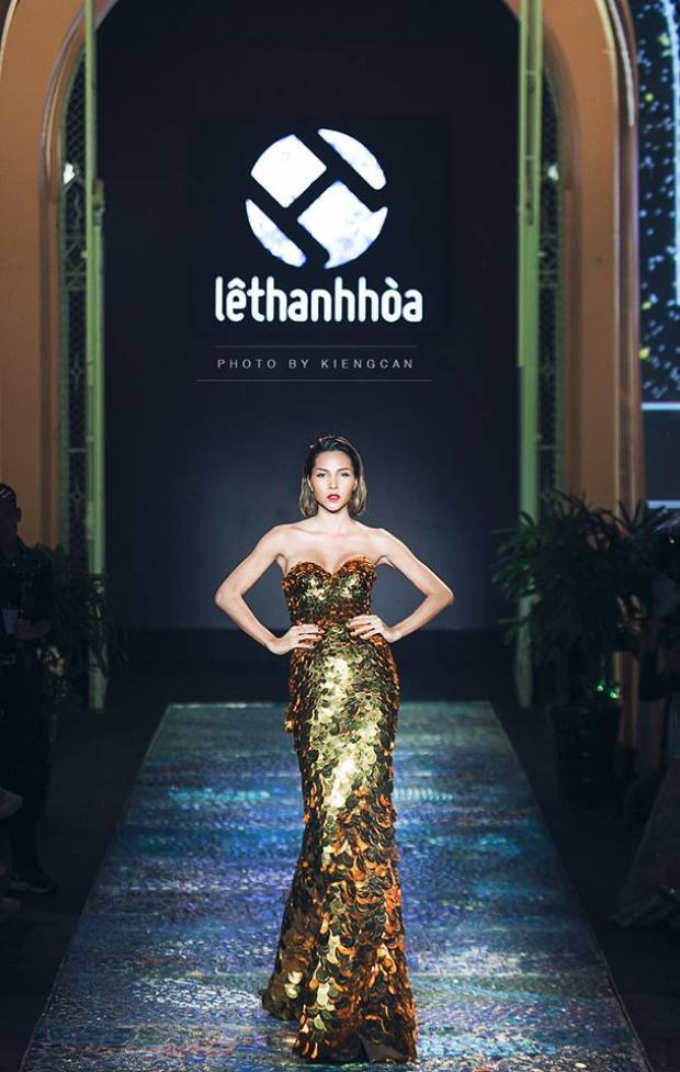 Siêu mẫu Minh Triệu trên sàn runway trong thiết kế đầm tiên cá.