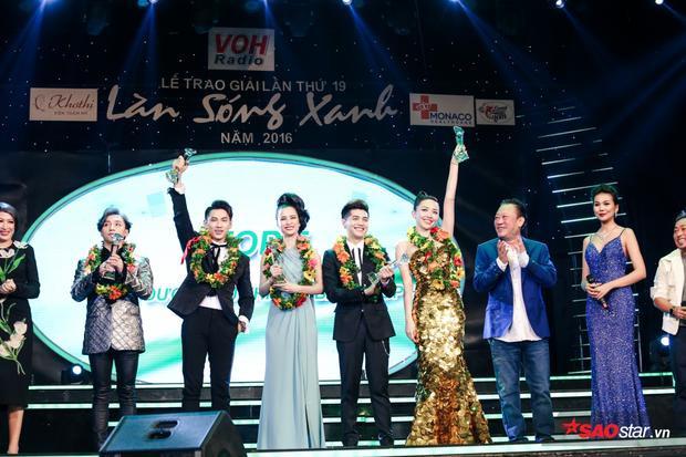 """Tóc Tiên """"đánh bật"""" Đông Nhi về độ nổi khi cùng lên sân khấu nhận giải thưởng."""
