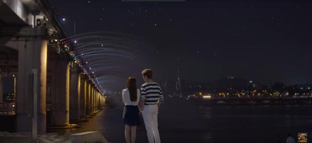 Cặp đôi có những giây phút yên bình, lãng mạn bên bờ sông Hàn.