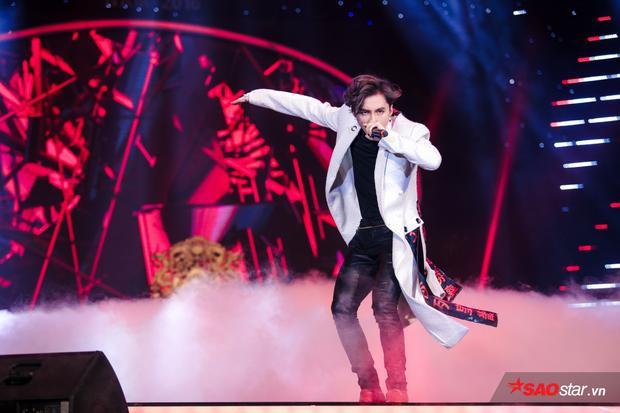 1 tiết mục ấn tượng không kém là Lạc trôi của Sơn Tùng M-TP. Tính đến thời điểm viết bài,MV Lạc trôi đã thu về hơn12 triệu lượt xem và Sơn Tùng chọn Làn sóng xanhlàm sân khấu debut cho sản phẩm lần này.