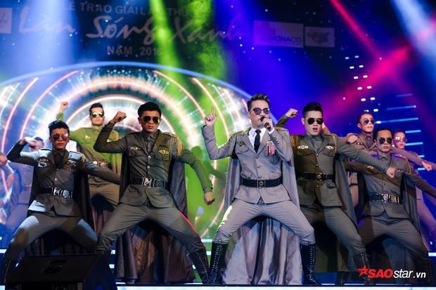 """Mr Đàm khẳng định thương hiệu """"Ông hoàng nhạc Việt"""" với sân khấu được dàn dựng công phu."""