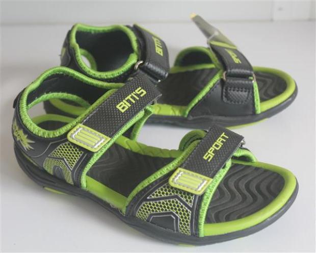 Đối với các bạn trai, đôi sandal hai quai dán này đã thực sự trở thành huyền thoại. Đã thế ngày đó còn có kiểu đi gập cái quai saulại cho…tiện.
