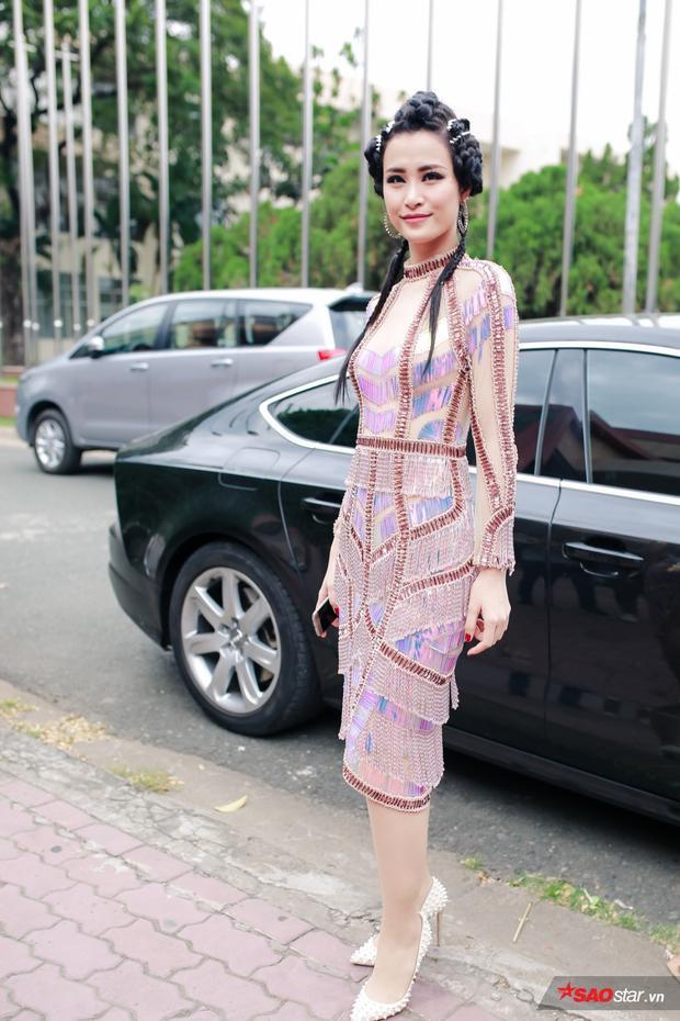 Đông Nhi xuất hiện đầy mới mẻ trong ngày ghi hình đầu tiên của The Voice 2017