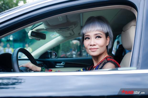 Thu Minh tự tay lái xế hộp đến trường quay ghi hình.