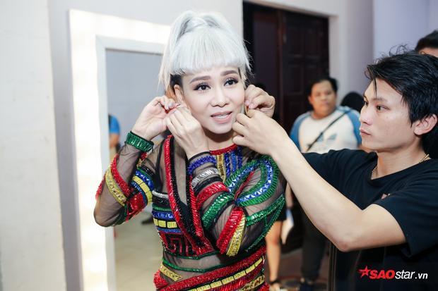 Thu Minh nhanh chóng chuẩn bị những khâu cuối cùng cho buổi ghi hình The Voice 2017.