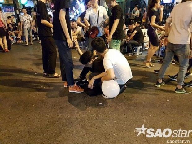 Một nam thanh niên bất ngờ ngã ra sau khi hít bóng cười.