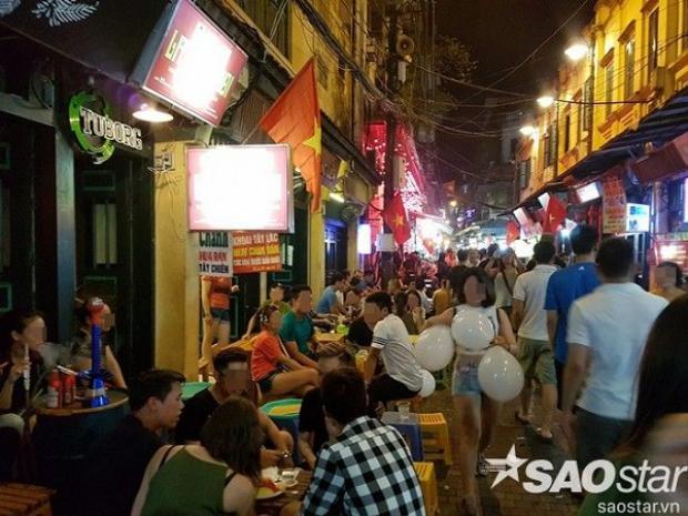 Khu phố cổ là nơi tập trung đông đảo thanh niên chơi bóng cười.