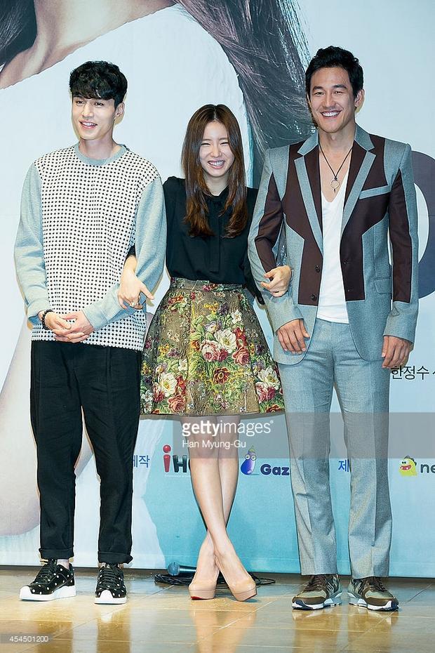 """Hay đôi lúc những mẫu áo hay phụ kiện hoạ tiết cũng được lòng chàng """"soái ca""""Lee Dong Wook."""
