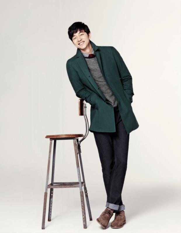 """Áo khoác dáng dài tông màu xanh cổ vịt kết hợp cùng áo sweater xám và quần jeans cũng là tips hay ho dành cho phái mạnh. """"Chìa khóa"""" nổi bật cho toàn set đồ đến từ mẫu cravat đỏ thời thượng."""
