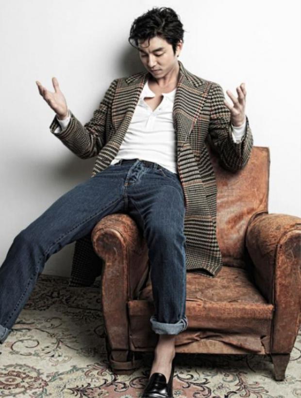Chàng Kim Shin lịch lãm khi phối hợp mẫu áo khoác dáng dài gam màu trung tính cùng áo thun trắng và quần jeans.