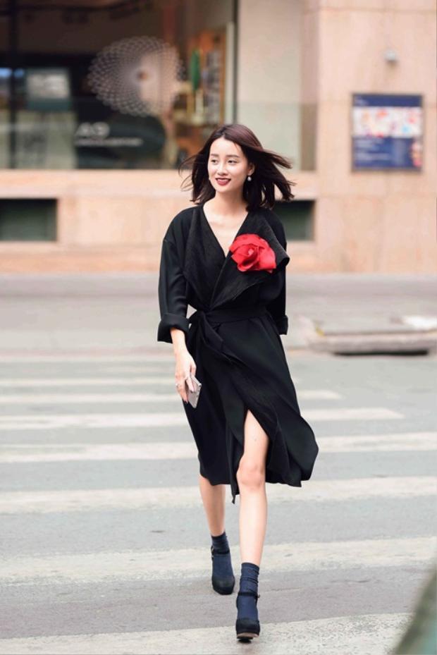 Quỳnh Chi nữ tính với váy bay bổng được thiết kế theo dạng váy ngủ quyến rũ của phái đẹp.